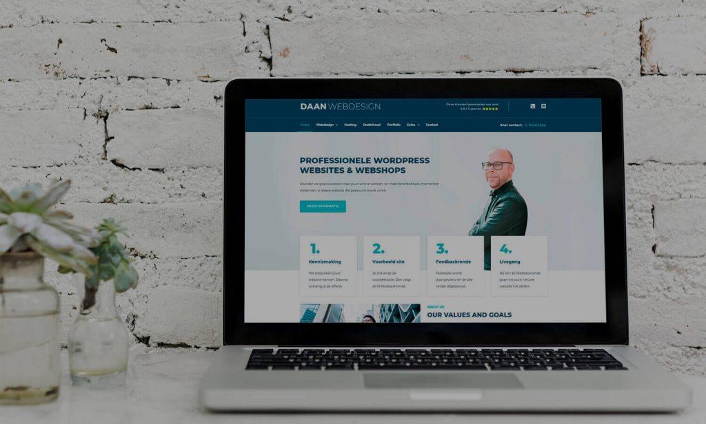 dana webdesign op laptop